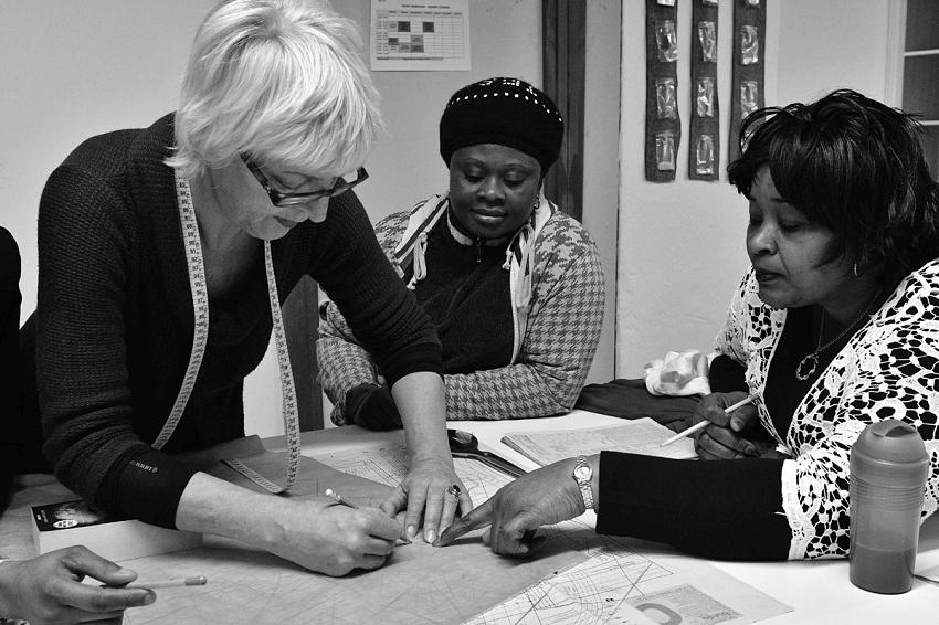 Επαγγελματίες εκπαιδεύουν πρόσφυγες και τους διδάσκουν την τέχνη της κοπτικής, ραπτικής και της μετατροπής ρούχων στο εργαστήριο της Ναόμι.