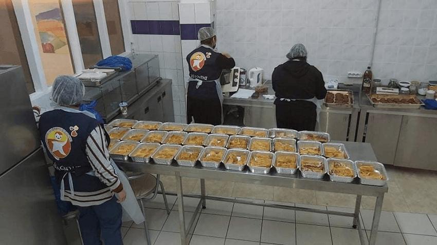 Οι εθελοντές της οργάνωσης «Φωτεινό Αστέρι» ετοιμάζουν νόστιμο φαγητό με αγάπη για παιδιά και οικογένειες.