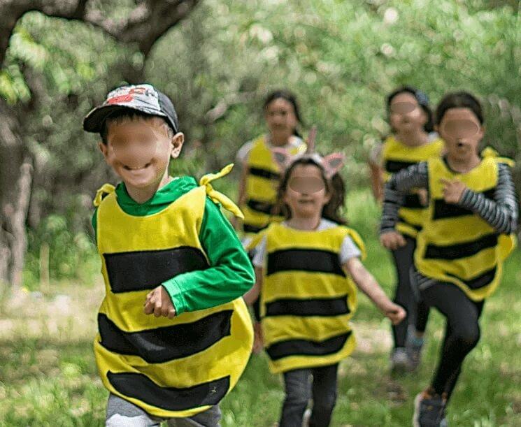 Τα παιδιά μαθαίνουν για τις μέλισσες, τη φύση και το περιβάλλον μέσα από το θέατρο, τη μουσική και την δημιουργική απασχόληση.