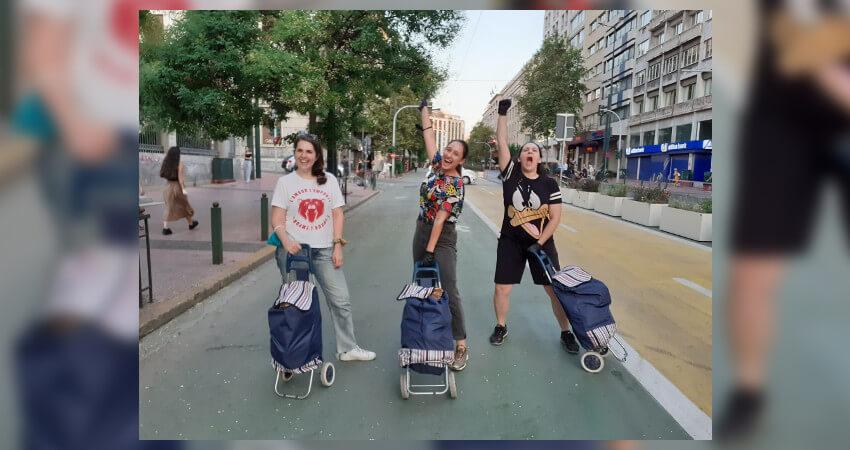 Οι εθελόντριες της ΚΑΘ'ΟΔΟΝ στην Αθήνα, προσφέροντας πακέτα φροντίδας στους ανθρώπους που έχουν ανάγκη.