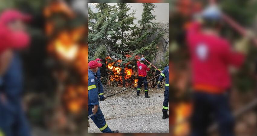 Εθελοντές της ΕΠ.ΟΜ.Ε.Α. Αιγάλεω βοηθούν στη φωτιά στη Βαρυμπόμπη στην Αττική σε συνεργασία με τις αρχές.