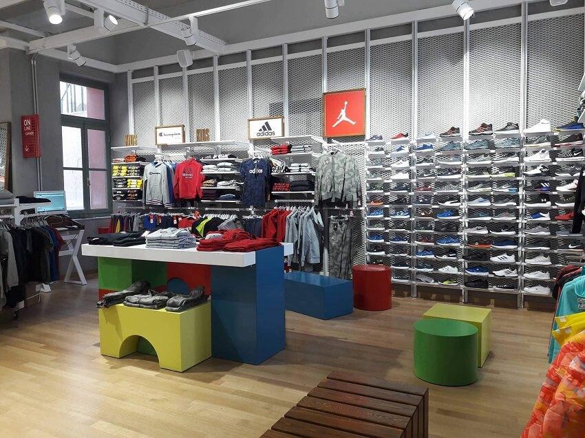 Στο cosmossport βρίσκεις πληθώρα απο επώνυμες μάρκες όπως Φούτερ Champion και Φόρμες Adidas, καθώς και Παπούτσια Vans και Asics. | YouBeHero